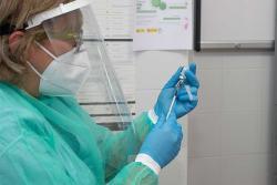 Cantabria reprograma la vacunación para completar la inmunización de residencias y profesionales del SCS
